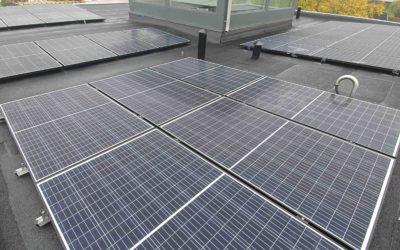 32 stycken solceller på papptak
